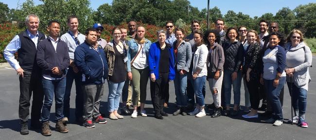 La presidenta Napolitano (centro con chaqueta azul) se reunió con los becarios de la GFI en Lange Twins Winery durante el recorrido agrícola.