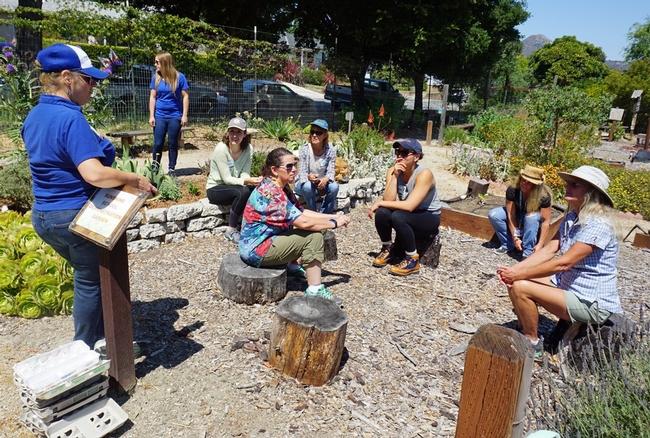 Los voluntarios en el huerto antes de la primera lección. El curso es impartido por Lisa Paniaqua (a la izquierda), coordinadora de sustentabilidad del huerto escolar de CalFresh de la UC en los condados de San Luis Obispo y Santa Bárbara.