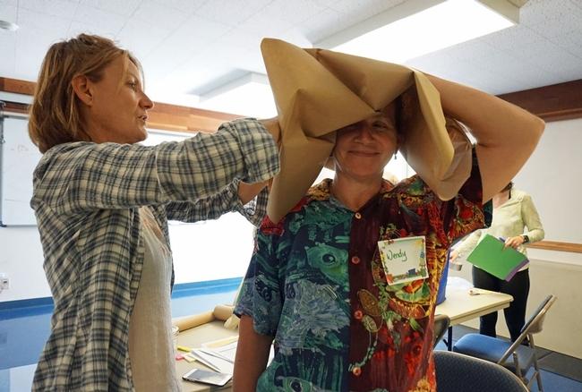 La granjera Carla Rosin (izquierda) y la profesional de viveros Wendy Minarik, construyen un sombrero de papel.