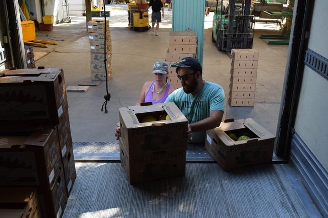 Cajas de melones han sido cargadas en un camión de Capay Valley Farm Shop con destino a compradores del área de la Bahía.