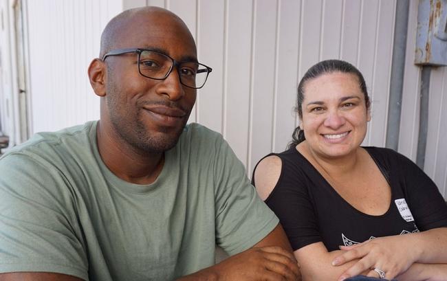 El granjero Arian Williams (izq) y su esposa Vanessa Caballero están considerando agregar pitayas a su plantación de 16 acres de aguacates, en Temucula.