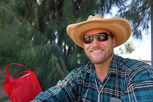 El vaquero verde, Chad Morris, cultiva verduras y administra un puesto de granjeros en San Diego y está experimentando con algunas líneas de cultivo de pitaya.