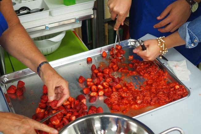 Triturando fresas para preparar mermelada. (Fotografía: Programa Preservador Maestro de la UC en el condado de Orange)