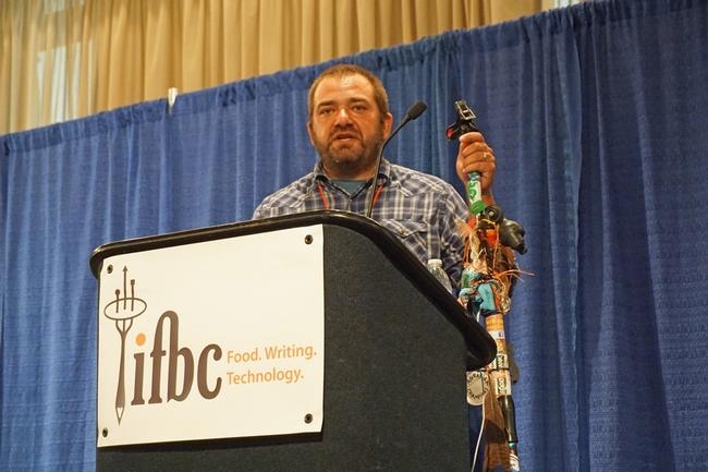 Nick Papadopoulous llevo su pasión por los alimentos e historias a la Conferencia Internacional de Blogueros de Alimentos que se realizó en Sacramento.