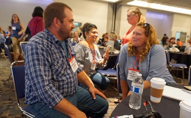 Nick Papadopoulous (izquierda) y su esposa Jess han viajado a 40 de los 58 condados de California en busca de historias de gente y tierra que producen alimentos para las familias de California.