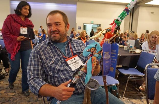 Nick Papadopoulous muestra su varilla para tomar autorretrato que el decoró para tomar videos con un giro campechano mientras viaja por el estado.