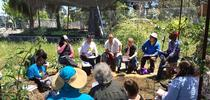Rob Bennaton, asesor de Extensión Cooperativa de la UC (de camisa blanca) habla con granjeros urbanos principiantes en la Granja Comunitaria Gill Tract de la UC. for Blog de Alimentos Blog