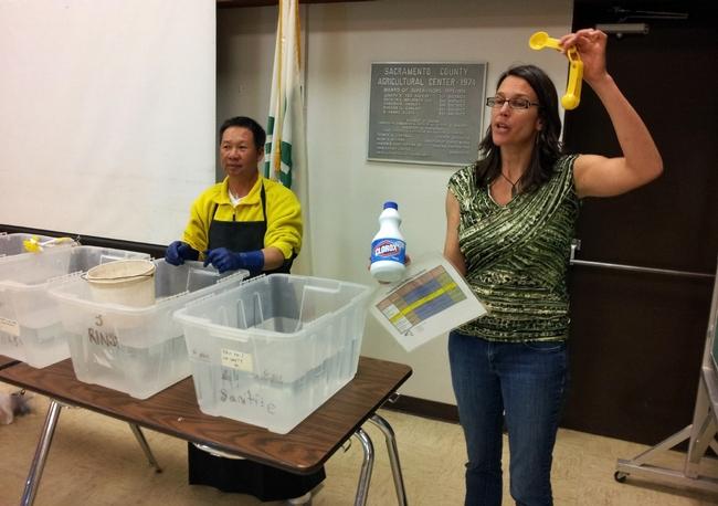 Jennifer Sowerwine describe cómo debe prepararse una solución desinfectante para las cubetas de cosecha como parte de la seguridad alimentaria.