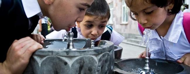 Una alternativa saludable a las bebidas azucaradas es ofrecer a los niños un fácil acceso a fuentes en guarderías, escuelas e instalaciones recreativas.