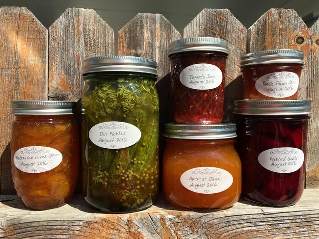 Un ejemplo de productos con etiquetas hechas a mano con la fecha y tipo de producto. (Fotografía: Missy Gable)