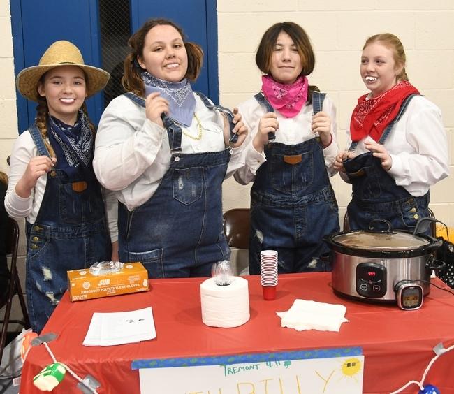 La integrantes del equipo Tremont 4-H Club, de Dixon, se vistieron como montañeses y sirvieron el  Hilbilly chili durante el concurso de chili 4-H del condado de Solano. De izquierda a derecha aparecen Alaina Austin, Trinity Roach, Isabel Martínez y Sara Yates. (Fotografía: Kathy Keatley Garvey)