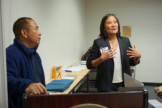 Patti Chang (derecha) de la Fundación Alimentar a los Hambrientos habla con el grupo. El asistente agrícola de UCCE, Michael Yang traduce al Hmong.