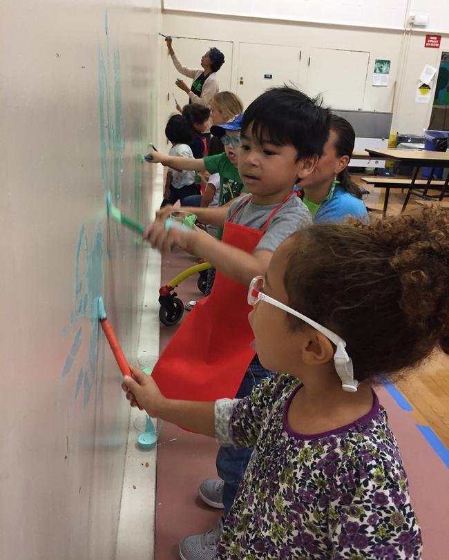Los estudiantes de la escuela preescolar Burbank ayudaron a pintar el mural.
