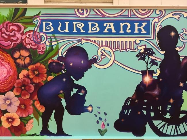 El mural destaca las siluetas de niños con diferentes habilidades.