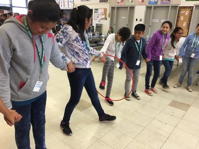 A los estudiantes les encanta participar en juegos divertidos que les permiten moverse.