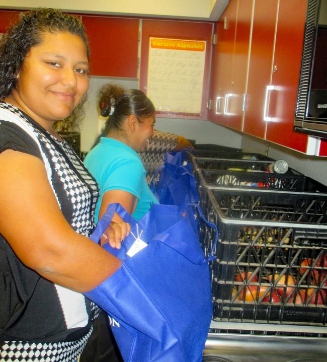 Preparando bolsas con alimentos para la comunidad.