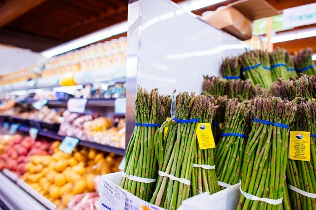 Los consumidores que compran frutas y verduras en tiendas localizadas en vecindarios de bajos recursos de California podrían pagar más por estos productos que los compradores de otros vencindarios, según in estudio del Instituto de Políticas sobre Nutrición de UC, que analizó los precios en una amplia muestra de tiendas por todo el estado.