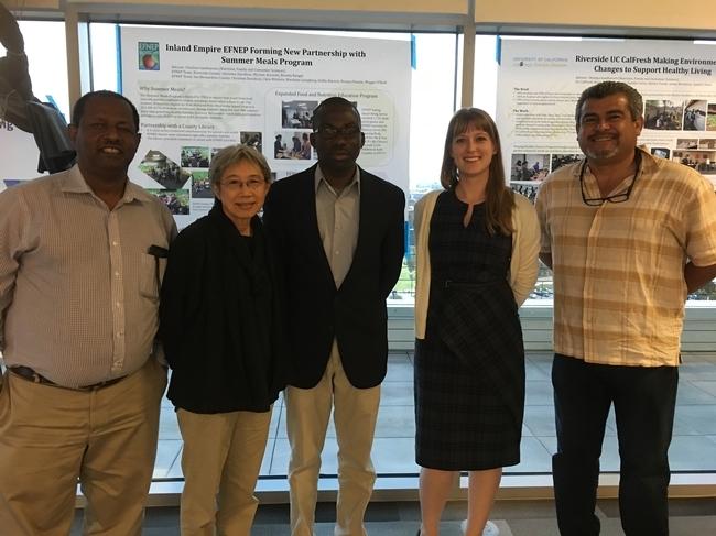 Los asesores de UC ANR se unieron a los miembros de la GFI durante una cena y charla sobre el futuro de los sistemas alimentarios. De izquierda a derecha aparecen Oli Bachie (condado Imperial), Chutima Ganthavorn (Riverside y San Bernardino), Laurent Ahiablame (San Diego), Natalie Price (Los Angeles) y Ramiro Lobo (San Diego).