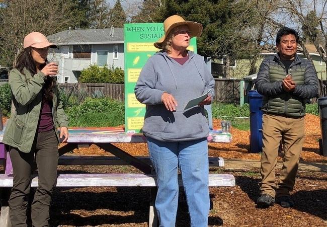 Stephanie Wrightson, voluntaria del Programa Jardineros Maestros de UC, enseña a un grupo de residentes del condado de Sonoma sobre prácticas de jardinería sustentable y cómo cultivar sus propios alimentos en el Bayer Farm Neighborhood Park & Garden.