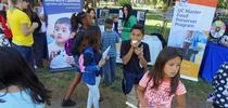 """El programa ANR de UC colocó un puesto que atendió junto con personal del Programa Maestro para Preservar Alimentos de UC durante el día de campo del programa """"Un millón de comidas de verano"""" para los jóvenes de Sacramento. for Blog de Alimentos Blog"""