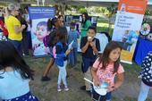 """El programa ANR de UC colocó un puesto que atendió junto con personal del Programa Maestro para Preservar Alimentos de UC durante el día de campo del programa """"Un millón de comidas de verano"""" para los jóvenes de Sacramento."""