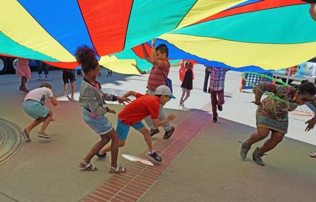 El día de campo incluyó la actividad física del juego del paracaídas.