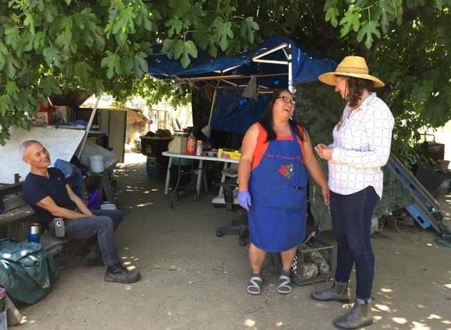 Visitar las granjas Mien le facilita a Lloyd (derecha) la tarea de hacer demostraciones para los granjeros que no hablan un inglés fluido.