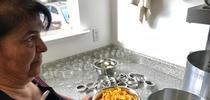 Lena McCovey, maestra en conservación de alimentos de UC se prepara para caramelizar cáscaras de naranja. (Fotografía: Barbara Goldberg) for Blog de Alimentos Blog