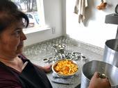 Lena McCovey, maestra en conservación de alimentos de UC se prepara para caramelizar cáscaras de naranja. (Fotografía: Barbara Goldberg)