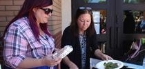 Primer (izquierda) con la supervisora de cocina, Shannon Cox, en el inicio de su Programa de Comidas de Verano. Fotografía: Andrea Keisler for Blog de Alimentos Blog