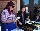 Primer (izquierda) con la supervisora de cocina, Shannon Cox, en el inicio de su Programa de Comidas de Verano. Fotografía: Andrea Keisler