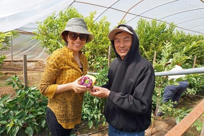 La líder del proyecto de moringa de UCCE, Lorena Ramos y Vang Thao muestran un pimiento púrpura.