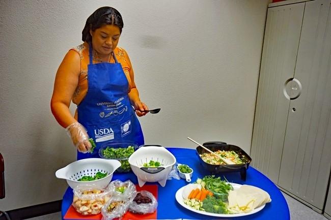 La coordinadora de proyectos de nutrición de UCCE, Evelyn Morales, hace una demostración de recetas con moringa.