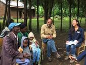 De derecha a izquierda, Lauren Howe de UC Davis y Tesfaye Kassa de SACE entrevistan a granjeros sobre cómo manejan actualmente los cultivos de camotes en sus granjas.