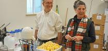 El fisiólogo de plantas de USDA, David Oberland (izquierda) y Mary Lu Arpaia, especialista en frutas subtropicales de Extensión Cooperativa de UC, preparan algunos limones para las pruebas de sabor en el laboratorio sensorial. for Blog de Alimentos Blog