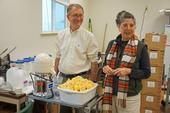 El fisiólogo de plantas de USDA, David Oberland (izquierda) y Mary Lu Arpaia, especialista en frutas subtropicales de Extensión Cooperativa de UC, preparan algunos limones para las pruebas de sabor en el laboratorio sensorial.
