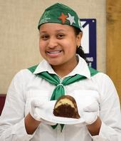 Celeste Harrison con su postre ganador chocoflan. (Fotografía por Kathy Keatley Garvey)
