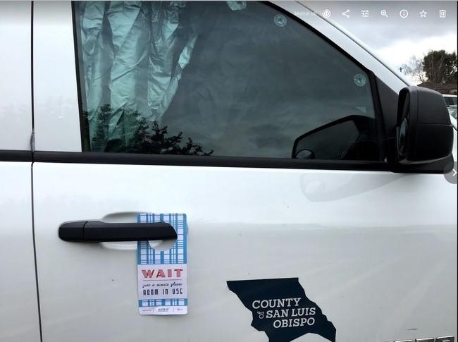Un letrero de No molestar para la puerta del vehículo