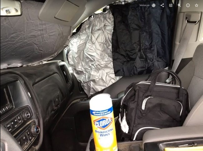 El interior de una camioneta pick up preparado con las pantallas para las ventanas