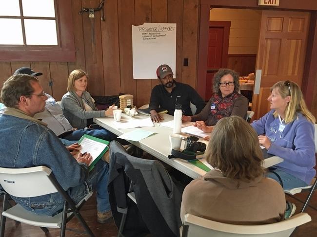 Un grupo de miembros del concilio de políticas alimentarias de Plumas-Sierra en su reunión cumbre de octubre del 2017.