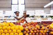 Karen Jetter, del Centro de Asuntos Agrícolas de UC, determinó que, con la planeación de un menú y el acceso a tiendas de venta al por mayor, el costo promedio diario para servir alimentos saludables a una familia de cuatro es de 25 dólares del 2010.