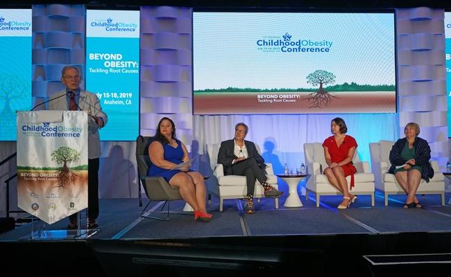 Kenneth Hecht, de NPI, moderó el panel de SSB, el cual incluyó, de izquierda a derecha, a Michelle Faust Raghavan, reportero de la radio pública de California; asambleísta Richard Bloom; Morgan Carvajal, de la Asociación Médica de California y Genoveva Islas, de Cultiva La Salud.