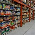 Las papitas fritas se encuentran en muchas ubicaciones dentro de las tiendas de comestibles.