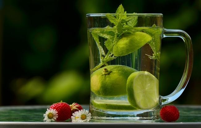 Agua con infusión de frutas es un refrescante substituto de las gaseosas azucaradas.