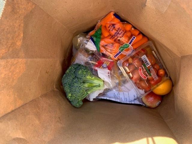 La distribución semanal de alimentos por El Distrito Escolar Unificado de North Monterey les permite ofrecer comidas nutritivas a sus estudiantes y jóvenes de sus comunidades durante el cierre de escuelas.