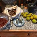 De izquierda a derecha- las bayas comunes de manzanita, bellotas de roble negro, uvas silvestres de California, sal y nueces negras.