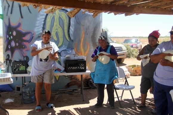 Mujeres de la tribu Tohono O'odham hacen pan en el desierto de Sonora. Foto por Angelo Baca.