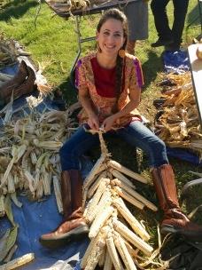 Los nativos americanos celebran la fiesta de acción de gracias muchas veces a lo largo del año, dice Elizabeth Hoover, que se muestra en la fotografía trenzando el maíz.