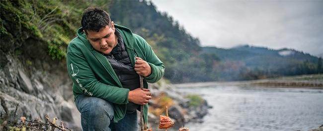 Imagen de la película Gather, donde aparece Samuel Gensaw (Yurok), cofundador de la Guardia Ancestral.
