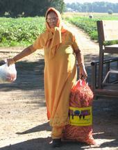 Susila Prasab con un costal de guisantes.